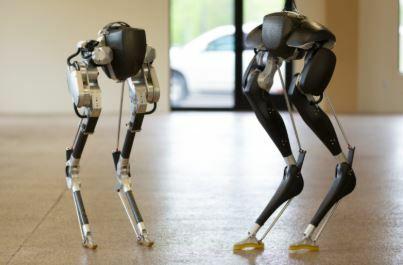 Este robot de dos piernas camina para los demás
